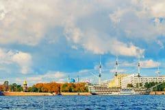Miasto widok Petrovsky bulwar, Neva rzeka i fregaty gracja w St Petersburg, Rosja Obraz Stock