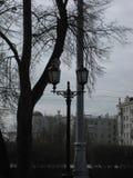Miasto widok z budynkami i ulicznymi słupami fotografia royalty free