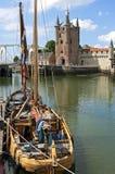 Miasto widok Zierikzee z miasto bramą i żeglowanie statkiem Zdjęcia Royalty Free