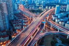 Miasto wymiana z ogonów światłami Obrazy Stock
