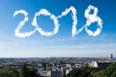Miasto z chmurami w niebie robi 2018 liczbom Fotografia Royalty Free