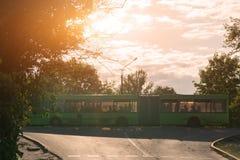 Miasto zielony autobus z ludźmi rusza się rozdroża Fotografia Royalty Free