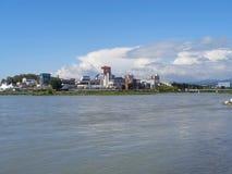 Miastowa architektura, zakupów centra handlowe i wieżowowie na brzeg rzeki, obrazy stock