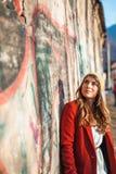 Miastowa elegancka dziewczyna w przedmieściach Fotografia Royalty Free