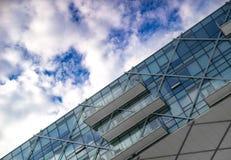 Miastowa geometria - góra widok ov drapacz chmur zdjęcie stock