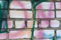 Miastowa grunge tekstura, drzejący graffiti na ulicy ścianie, plakaty, papierowy świstek i kiści farby plamy, zdjęcie stock