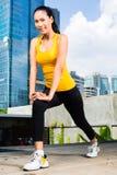 Miastowa kobieta bawi się - sprawność fizyczną w Azjatyckim mieście Obraz Royalty Free
