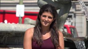 Miastowa Młoda Hiszpańska kobieta zbiory wideo