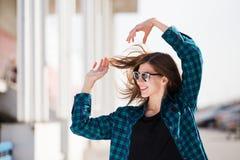 Miastowa modna dziewczyna pozuje outdoors w mieście Obraz Stock