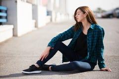 Miastowa modna dziewczyna pozuje outdoors w mieście Obrazy Royalty Free