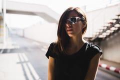 Miastowa modna dziewczyna pozuje outdoors w mieście Zdjęcie Royalty Free