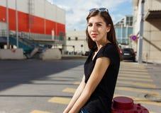 Miastowa modna dziewczyna pozuje outdoors w mieście Obrazy Stock