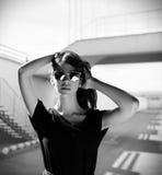 Miastowa modna dziewczyna pozuje outdoors w mieście Fotografia Stock