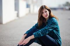 Miastowa modna dziewczyna pozuje outdoors w mieście Fotografia Royalty Free