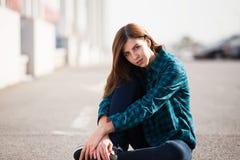 Miastowa modna dziewczyna pozuje outdoors w mieście Zdjęcie Stock