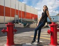 Miastowa modna dziewczyna pozuje outdoors w mieście Zdjęcia Stock