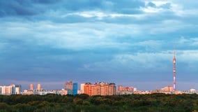 Miastowa panorama z błękit ciężkimi chmurami nad miastem Zdjęcie Royalty Free