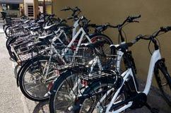 Miastowa ruchliwość, rower parkujący w miasteczku zdjęcia stock