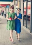 Miastowa scena z młodymi kobietami Fotografia Stock