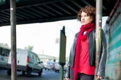 Miastowa scena z zmysłową kobietą zdjęcie royalty free