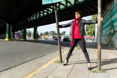 Miastowa scena z zmysłową kobietą zdjęcie stock