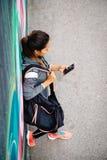 Miastowa sporty kobieta texting na smartphone zdjęcie royalty free