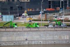 Miastowe samochodowe holownicze ciężarówki na bulwarze Moskwa rzeka Fotografia Stock