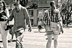 Miastowe sceny Ludzie krzyżuje ulicę 3 obrazy stock
