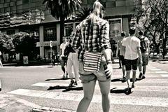 Miastowe sceny Ludzie krzyżuje ulicę 1 zdjęcia stock