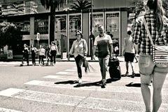 Miastowe sceny Ludzie krzyżuje ulicę 4 obrazy royalty free