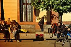 Miastowego życia ludzie siedzi w słońcu 2 Fotografia Stock