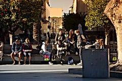 Miastowego życia ludzie siedzi w słońcu 5 Fotografia Royalty Free