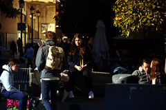 Miastowego życia ludzie siedzi w słońcu 6 Zdjęcie Stock