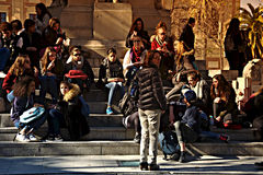Miastowego życia ludzie siedzi w słońcu 11 Fotografia Stock