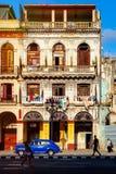 Miastowego gnicia i klasyka samochód w Stary Hawańskim zdjęcie stock