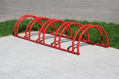 Miastowego krajobrazowego czerwień pierścionku niski miejsce do parkowania dla bicykli/lów Zdjęcia Stock