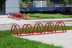Miastowego krajobrazowego czerwień pierścionku niski miejsce do parkowania dla bicykli/lów Fotografia Stock