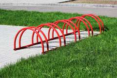 Miastowego krajobrazowego czerwień pierścionku niski miejsce do parkowania dla bicykli/lów Zdjęcia Royalty Free