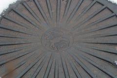 Miastowego metalu manhole ściekowy zbliżenie w śnieżnym sezonie obrazy stock