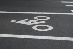 Miastowego miasta roweru pasa ruchu Uliczny biel malował ikonę Fotografia Royalty Free