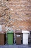 Miastowi śmieciarscy kosze koloru córek wizerunku matka dwa Zdjęcia Royalty Free