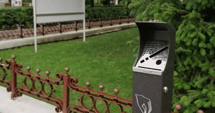 Miastowy ashtray w parku zbiory wideo
