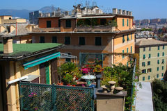 Miastowy balkon z kwiatami Zdjęcia Stock