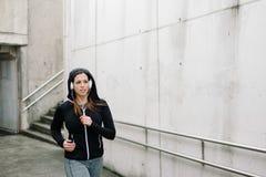 Miastowy działający zima trening na asfalcie fotografia royalty free