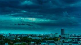Miastowy i raincloud niebo w pejzażu miejskim zdjęcie royalty free