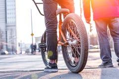 Miastowy jechać na rowerze - nastoletni chłopak jazdy rower w mieście fotografia stock