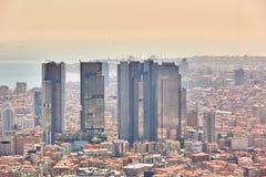 Miastowy krajobraz europejczyk strona Istanbuł i Bosphorus cieśnina na horyzoncie Nowożytna część miasto z biznesem góruje Zdjęcia Stock