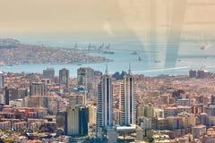 Miastowy krajobraz europejczyk strona Istanbuł i Bosphorus cieśnina na horyzoncie Nowożytna część miasto z biznesem góruje Zdjęcie Stock