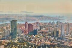 Miastowy krajobraz europejczyk strona Istanbuł i Bosphorus cieśnina na horyzoncie Nowożytna część miasto z biznesem góruje Fotografia Royalty Free