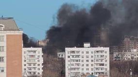 Miastowy krajobraz, ogień i mnóstwo czarny dym, iść z budynków, domy w mieście, widok z lotu ptaka zdjęcie wideo